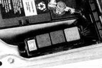 блок рядом с аккумулятором
