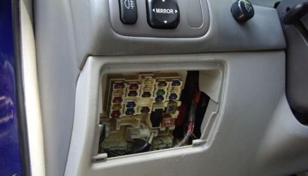 основной блок предохранителей на Тойоте Королла E110