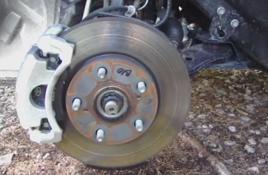 колесо снято, видим тормозной диск, колодки и суппорт