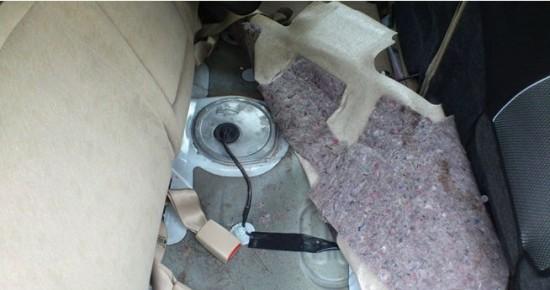 Люк полости бензобака под сиденьем слева