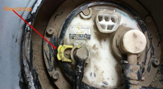 Отсоединение шлангов прямой подачи и возврата бензина