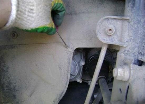 снимаем крышку моторного отсека