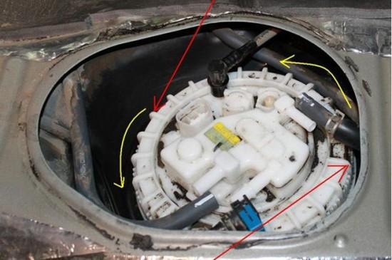 конструкция крышки насосного блока для моделей с доступом с правой стороны под задним сиденьем