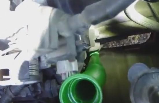 вставляем длинную воронку в заливное отверстие