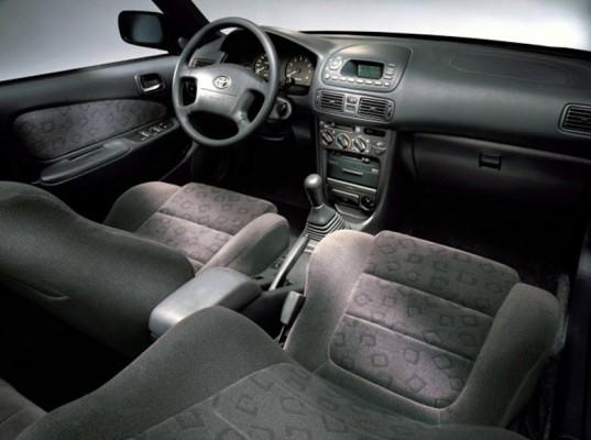 Интерьер хэтчбека Toyota Corolla 1998 года выпуска