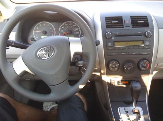 Рулевое колесо и панель приборов Toyota Corolla 2010