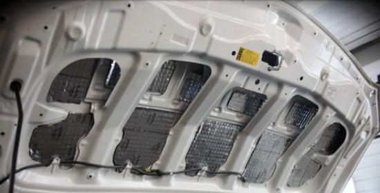 Капот с наклеенными вырезками виброизолятора снизу