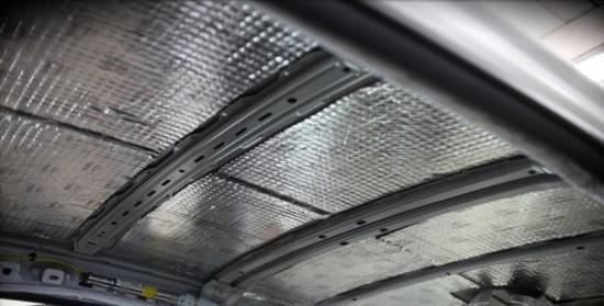 Крыша автомобиля с нанесенными между рёбрами жесткости слоями штатной шумоизоляции