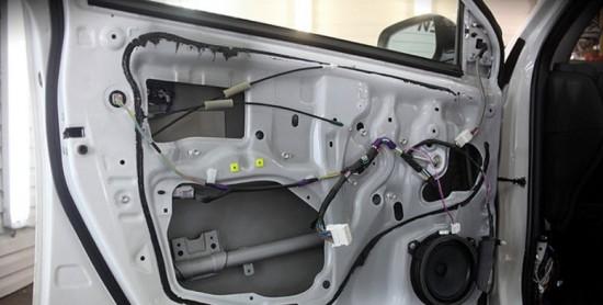 По заводской технологии слой звукоизоляции на дверь не наносится