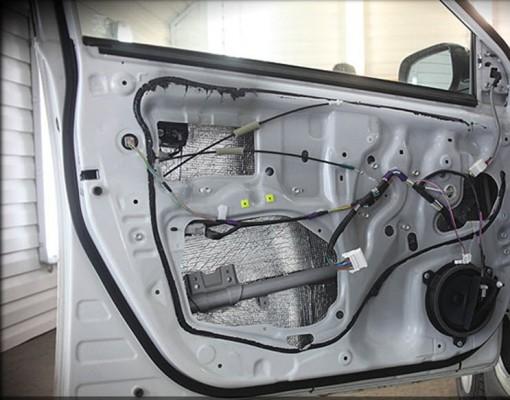 Внешний лист двери с нанесённым двойным слоем шумоизоляции