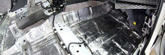 Днище салона и моторная перегородка, покрытые  толстым слоем изолятора