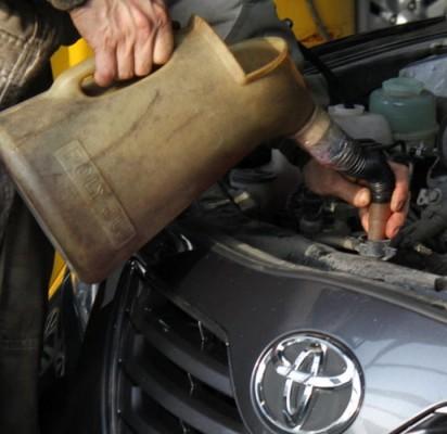 Замена охлаждающей жидкости в Toyota Corolla: наполнение бачка новым антифризом