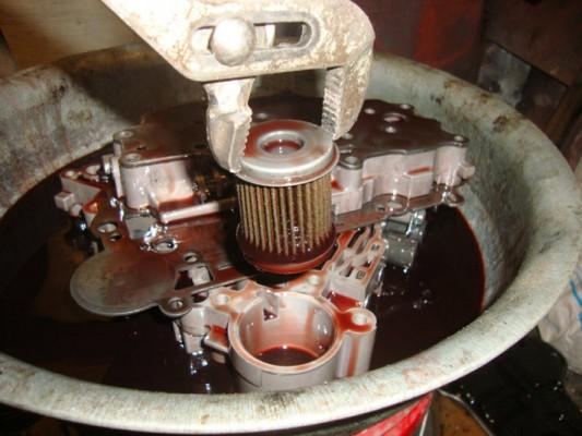 Старый цилиндрический фильтр, который нужно заменить на новый