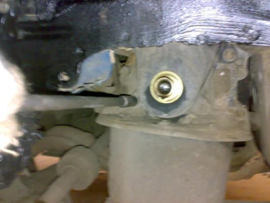 Откручивание правой опоры мотора с помощью удлиненной головки