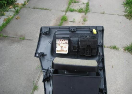 Панель с установленными кнопками управления подогрева сидений с обратной стороны