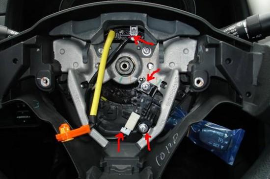 Место подсоединения джойстика круиз контроля и места его крепления на руле
