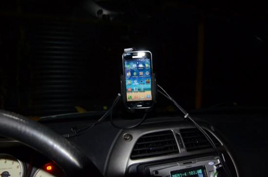 Смртфон, подключенный к диагностическому адаптеру