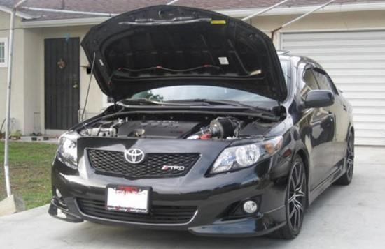 Toyota Corolla с открытым капотом