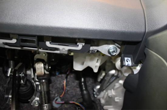 Места крепления нижней панели, находящейся под рулем