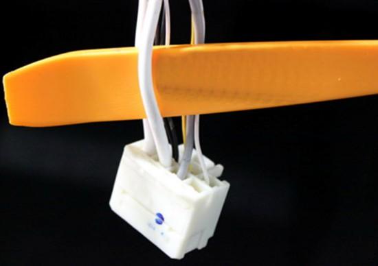 Разъем зажигания с подключенными проводами