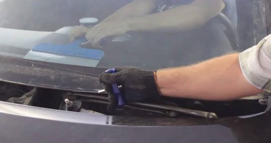 Процесс отсоединения стекла от металла машины