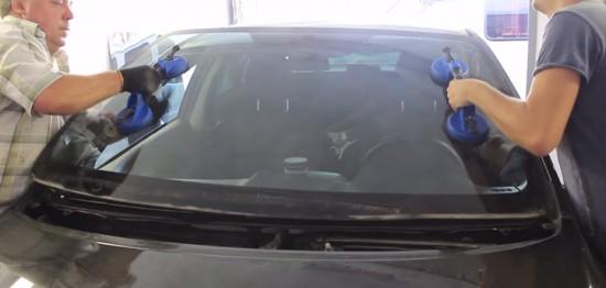 Отсоединение стекла от машины с помощью специальных присосок