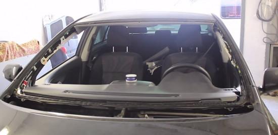 Автомобиль со снятым лобовым стеклом