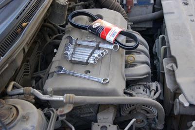 Новый ремень генератора, набор ключей и вороток