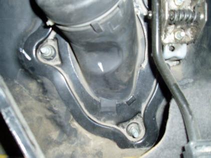Болты крепления защитного кожуха рулевой колонки