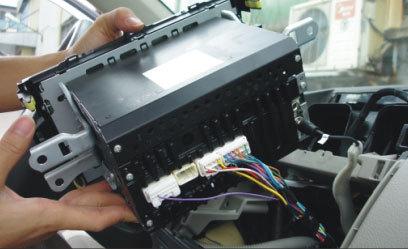 Провода, подсоединенные к магнитоле