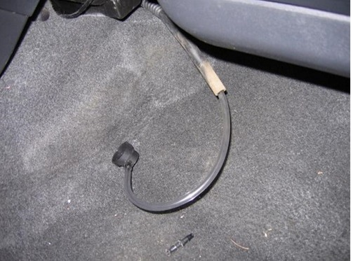 Шланг от баллона очистителя, вставленный в дренажную трубку
