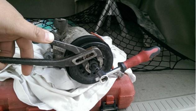 Откручивание утяжелителя компрессора