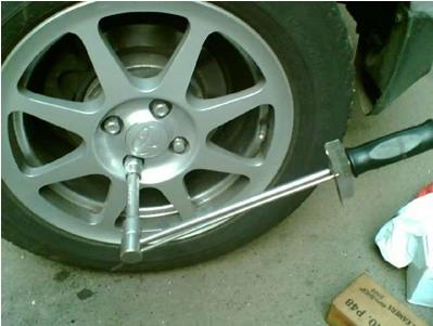 Ослабление болтов крепления колеса
